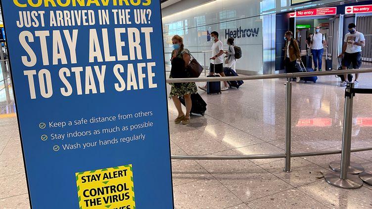 Des passagers arrivent à l'aéroport d'Heathrow, à Londres (Royaume-Uni), le 29 juillet 2020. (TOBY MELVILLE / REUTERS)