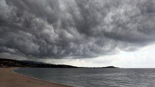 Une plage corse avant un orage. (Illustration). (PASCAL POCHARD-CASABIANCA / AFP)