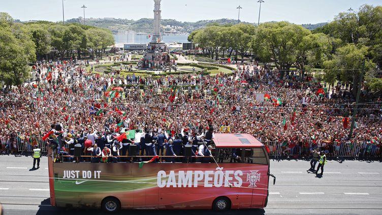 La parade des joueursvainqueursde l'Euro 2016, àLisbonne (Portugal), le 11 juillet 2016. (REUTERS)