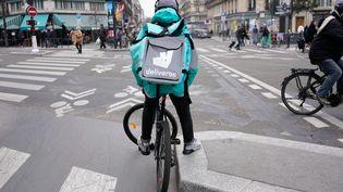 Un livreur de la plateforme Deliveroo à Paris, le 5 décembre 2019. (LAURE BOYER / HANS LUCAS / AFP)