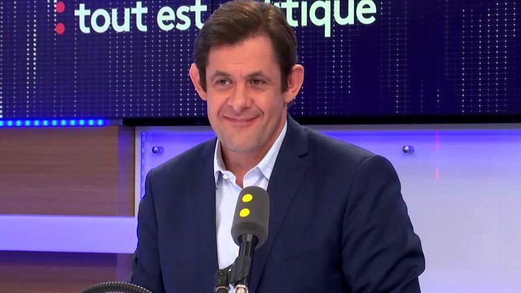 Serge Kalfon,membre de la direction collégiale du PS et conseiller régional d'Île-de-France, était invité de Tout est politique, le 23 octobre 2017. (FRANCEINFO / RADIO FRANCE)