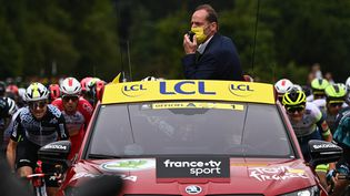 Christian Prudhomme, directeur du Tour de France donne le départ de la 108e course à Brest (Finistère), le 26 juin 2021. (ANNE-CHRISTINE POUJOULAT / AFP)