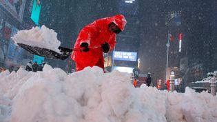 Un homme déblaie la neige à Times Square, à Manhattan, à New York (Etats-Unis), le 14 mars 2017. (ANDREW KELLY / REUTERS)