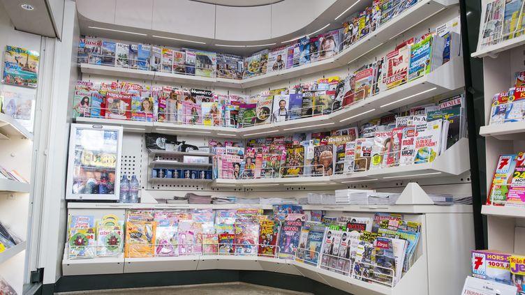 Rangées de magazines dans un kiosque à journaux de Paris, le 11 avril 2018. (LEON TANGUY / MAXPPP)