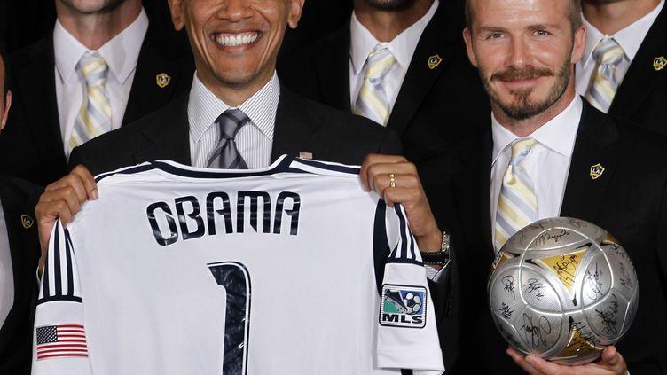 Barack Obama, président des Etats-Unis, pose à côté de David Beckham, lors de la réception de l'équipe des Los Angeles Galaxy à la Maison Blanche, le 15 mai 2012. (PABLO MARTINEZ MONSIVAIS / AP / SIPA)
