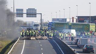 """Des """"gilets jaunes"""" bloquent le périphérique près de Caen (Calvados), dimanche 18 novembre 2018. (CHARLY TRIBALLEAU / AFP)"""