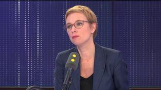 Clémentine Autain, députée LFI de Seine-Saint-Denis, est l'invitée de franceinfo le samedi 23 novembre. (FRANCEINFO / RADIO FRANCE)