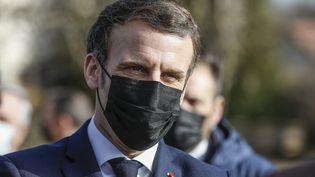 Emmanuel Macron lors d'une visite dans une ferme enCôte d'Or, le 23 février 2021, en compagnie de Julien de Normandie, ministre de l'Agriculture. Photo d'illustration. (OLIVIER CORSAN / MAXPPP)