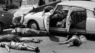 Des habitants de Mazamet (Tarn) font le mort le 17 mai 1973 pour les besoins d'un film en faveur de la sécurité routière. (AFP)