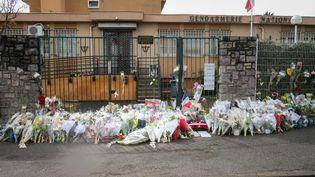 Des fleurs posées devant la gendarmerie de Carcassonne (Aude), le 25 mars 2018. (ERIC CABANIS / AFP)
