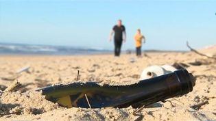Une bouteille jetée à la mer par un enfant à l'Île de Ré a été retrouvée 300 kilomètres plus loin, à Soustons, par un autre enfant. Le début d'une correspondance.  (FRANCE 3)