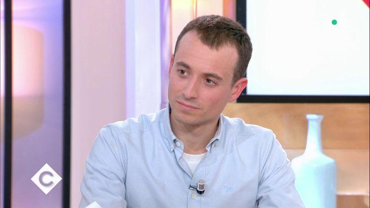 """Le journaliste Hugo Clément, le 21 février 2019 dans l'émission """"C à vous"""" de France 5. (FRANCE 5 / """"C A VOUS"""")"""