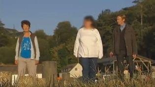 Danièle et Pierre accueillent Stéphanie (au centre) trois fois par an. (FRANCE 2 / FRANCETV INFO)