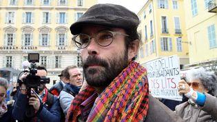 Cédric Herrou, jugé pour avoir aidé des migrants, arrive au Palais de justice de Nice (Alpes-Maritimes), le 23 novembre 2016. (YANN COATSALIOU / AFP)