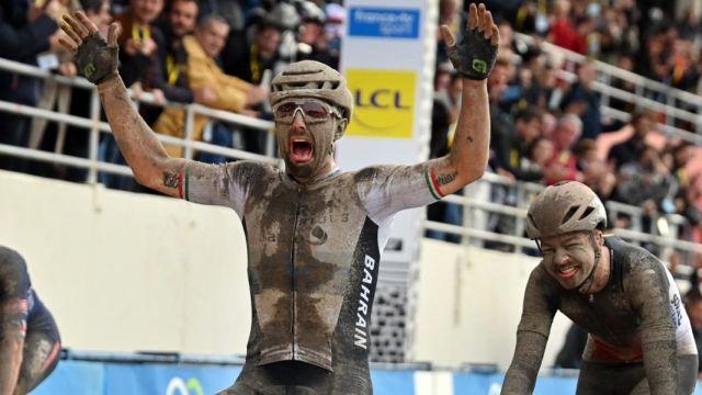 Al suo debutto alla Parigi-Roubaix, l'italiano vince la versione XXL in condizioni climatiche estreme!  Florian Vermeersch e Matthew van der Poel hanno completato il podio in una gara che passerà alla storia.