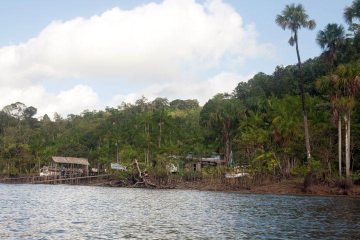 Un petit village près de Saint Georges, en Guyane, le 27 juillet 2012. (JEROME VALLETTE / AFP)