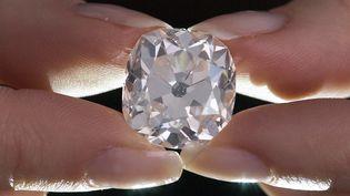 Le diamant de 26,27 carats, ici le 22 mai 2017,acheté 10 livres dans un vide grenier dans les années 80. (JUSTIN TALLIS / AFP)