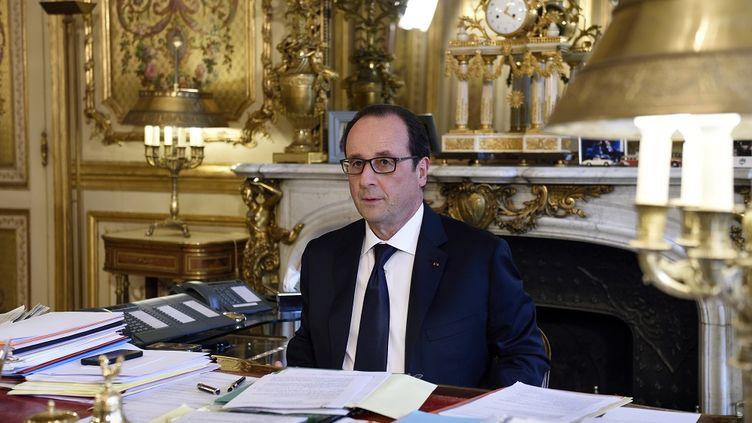 Le président de la République, François Hollande, à son bureau de l'Elysée, le 24 février 2015 à Paris. (ERIC FEFERBERG / AFP)