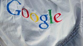 Un logo de Google brodé, lors d'une conférence de presse, à Hambourg (Allemagne), le 18 novembre 2010. (JOHANNES EISELE / AFP)