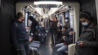 Desusagers dans la ligne 2 du métro parisien, le 5 mai 2020. (FRANCK RENOIR / HANS LUCAS / AFP)
