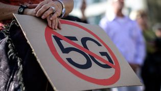 Une pancarte contre la 5G lors d'une manifestation organisée à Berne (Suisse), le 21 septembre 2019. (FABRICE COFFRINI / AFP)