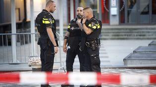 Des policiers néerlandais à Rotterdam,le 23 août 2017, devant la salle de concert le Maassilo. (ARIE KIEVIT / AFP)