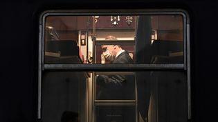 Le Premier ministre, Jean Castex, à bord du train de nuit Paris-Nice, en gare d'Austerlitz, le 20 mai 2021. (ANNE-CHRISTINE POUJOULAT / AFP)