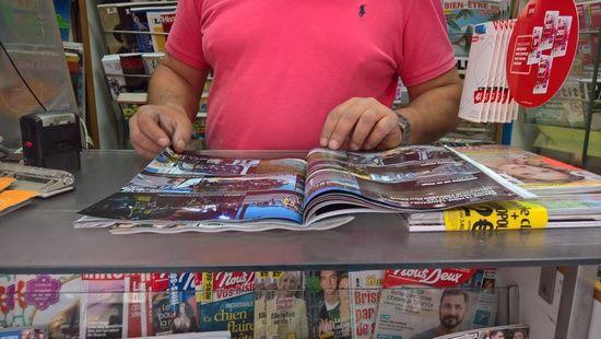 """Ce kiosquier du 15e arrondissement a écoulé tous ses exemplaires de """"Paris Match"""" dans la matinée, jeudi 13 juillet 2017. (F. MAGNENOU / FRANCEINFO)"""