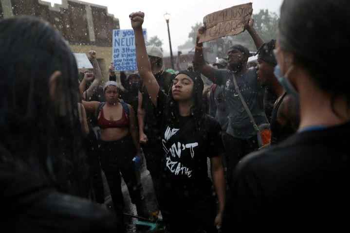 Des manifestants rassemblés à l'endroit exact où George Floyd a été arrêté, à Minneapolis (Minnesota), le 2 juin 2020. (LEAH MILLIS / REUTERS)