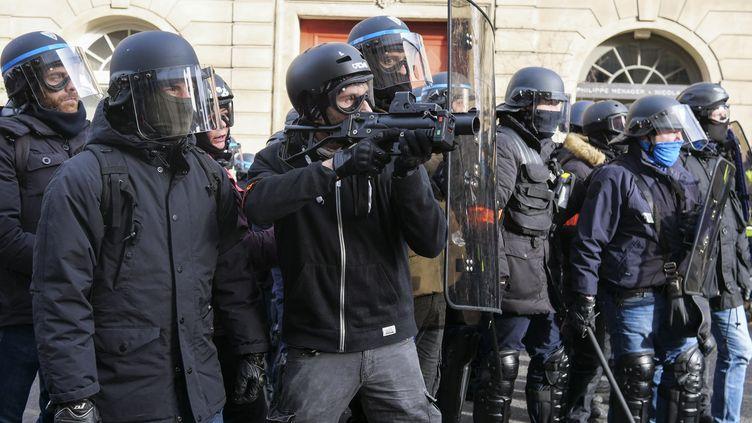 """La police fait usage de la force avec les balles de défenses LBD, le 9 février 2019 à Paris, lors d'une manifestation des """"gilets jaunes"""". (VALENTINE ZELER / HANS LUCAS / AFP)"""