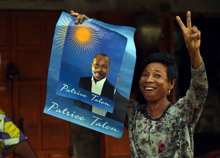 Une femme brandit le portrait de Patrice Talon pendant la campagne électorale le 3 mars 2016 à Cotonou (Photo AFP/Pius Utomi Ekpei)