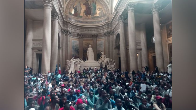 Photo de l'occupation du Panthéon postée sur le compte Twitter du collectifLa Chapelle debout! vendredi 12 juillet. (CAPTURE D'ÉCRAN)