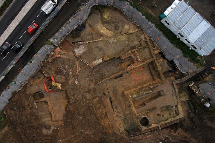 Vue aérienne de fouilles de deux châteaux (XVIe et XVIIe) dans le quartier de Fives à Lille. Photo datant de 2015.  (JP PEPEK BALLOIDE / INRAP / AFP)