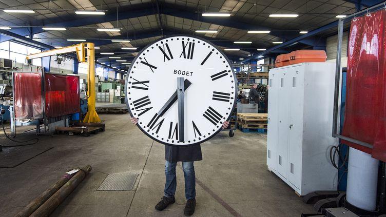 Un employé de la société Bodet dans l'usine de Trémentines (Maine-et-Loire), le 17 décembre 2018. (SEBASTIEN SALOM-GOMIS / AFP)