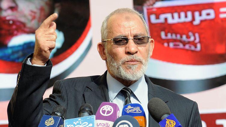 Mohamed Badie, le 8 décembre 2012, lors d'une conférence de presse au QG des Frères musulmans, au Caire. (MAHMUD KHALED / AFP)