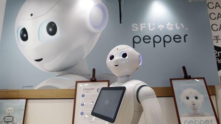 Un robot Pepper dans une boutique de SoftBank, à Tokyo, en juin 2014. (EYEPRESS NEWS / AFP)