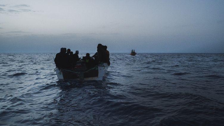 Des migrants tentent de traverser la Méditerranée le 4 juillet 2021 au large de la Libye. (EYEPRESS NEWS / AFP)