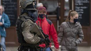 Un membre des forces spéciales à Vienne, le 4 novembre 2020, deux jours après l'attaque dans la capitale autrichienne. (JOE KLAMAR / AFP)