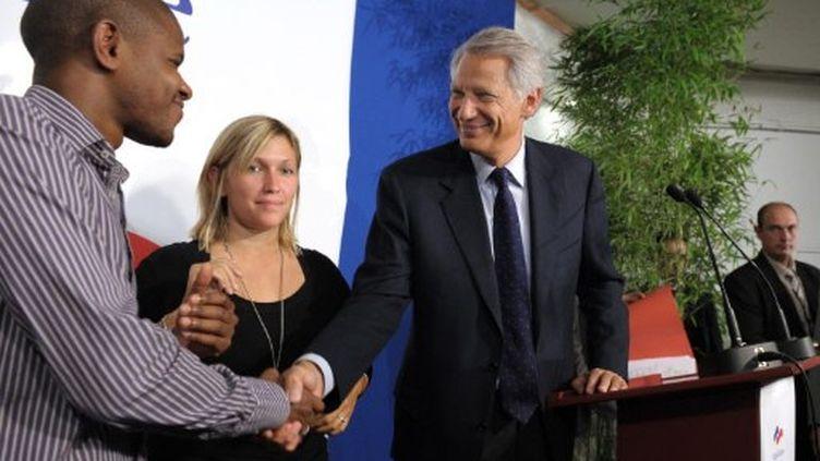 M. de Villepin salue Sidi Sakho, responsable de Jeunes Solidaires, le 25 septembre 2010 à Paris. (MIGUEL MEDINA / AFP)