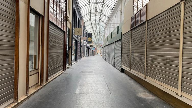 Des commerces fermés pendant le confinement, dans une galerie à Reims, le 16 novembre 2020. (STÉPHANE MAGGIOLINI / RADIO FRANCE)