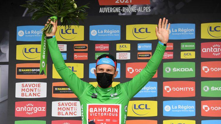 Sonny Colbrelli (Bahrain-Victorious) sur le podiumaprès sa victoire sur la troisième étape du Critérium du Dauphiné, mardi 1er juin. (ALAIN JOCARD / AFP)