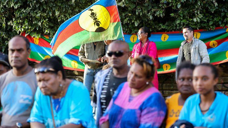 Une personne brandit un drapeau indépendantiste, lors de la viste du président de la République Emanuel Macron, le 4 mai 2018, àNouméa en Nouvelle-Calédonie. (LUDOVIC MARIN / AFP)