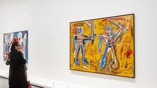 Des visiteurs devant une oeuvre de Jean-Michel Basquiat à la Fondation Louis Vuitton, dans le Bois de Boulogne de Paris. (GARDEL BERTRAND / HEMIS.FR / HEMIS.FR)