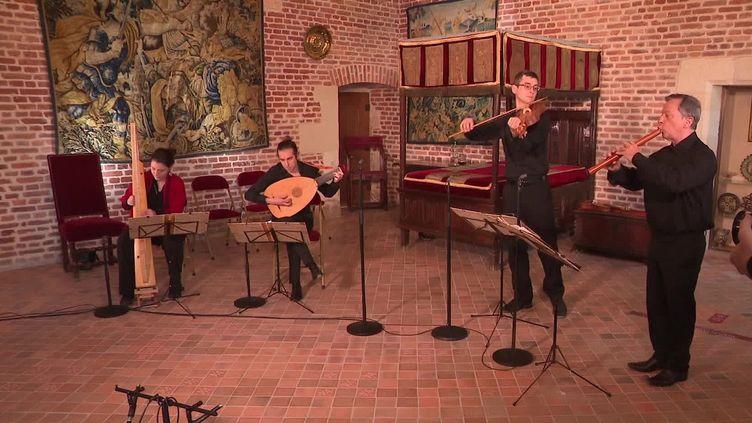 Le groupe Doulce Mémoire enregistre un concert dans le château du Clos-Lucé. (FRANCEINFO)