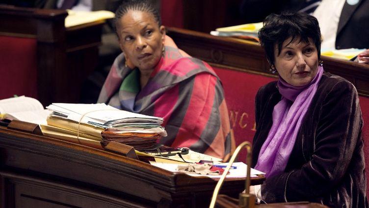 La ministre de la Justice, Christiane Taubira (à gauche) et la ministre déléguée à la Famille, Dominique Bertinotti, sur les bancs de l'Assemblée Nationale, le 4 février 2013. (JOEL SAGET / AFP)