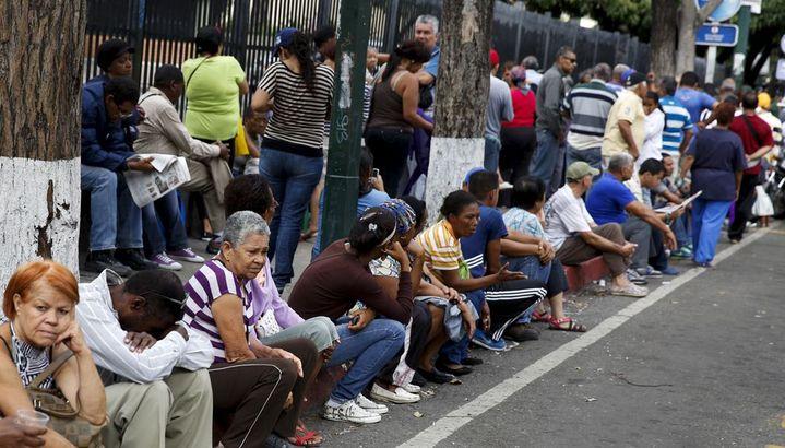 Longue attente devant un supermarché de Caracas (août 2015). Le pays manque de devises pour financer ses importations. (Reuters/Carlos Garcia Rawlins)
