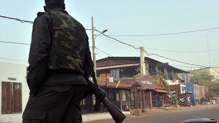 Un membre des forces de l'ordre près du restaurant La Terrasse, à Bamako (Mali) où un attentat est survenu, le 7 mars 2015. (HABIBOU KOUYATE / AFP)