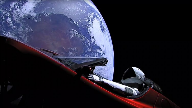 Une image tirée d'une vidéo en direct de l'entreprise SpaceX montre une voiture Tesla en orbite autour de la Terre, le 6 février 2018. (SPACEX / AFP)