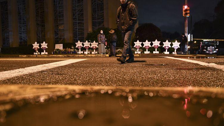 Des étoiles de David portant les noms des victimes de l'attentat de la synagogue de Pittsburgh (Etats-Unis), devant le bâtiment, le 28 octobre 2018. (BRENDAN SMIALOWSKI / AFP)
