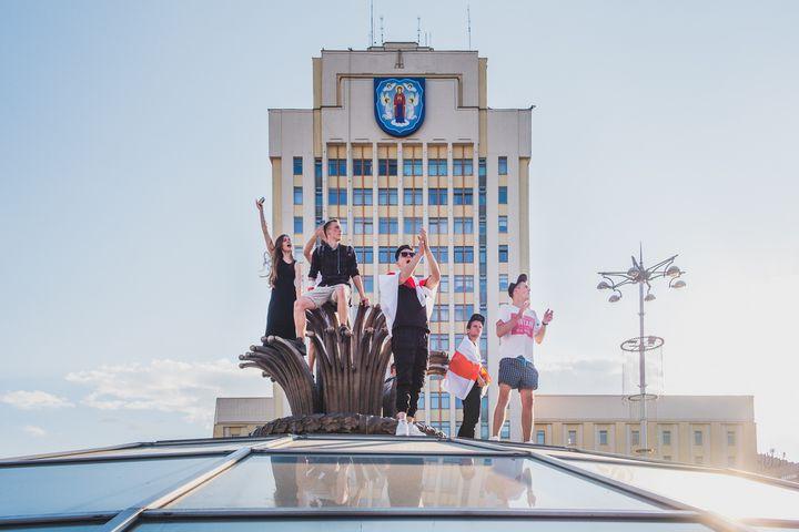 Des jeunes entonnent des chants de l'opposition, place de l'indépendance. (PAUL DZA)